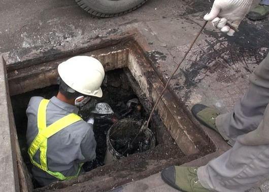 2078/Âm thầm làm việc dưới cống ngầm