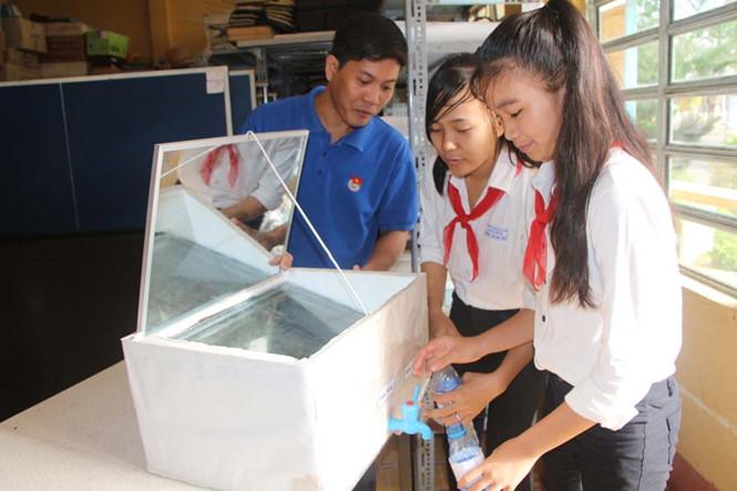 303/2 nữ sinh lớp 8 chế thiết bị lọc nước mặn thành ngọt bằng năng lượng mặt trời