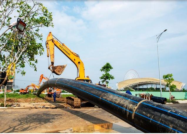 1702/Đà Nẵng lần đầu tiên kéo thành công đường ống nước D900 qua sông Hàn
