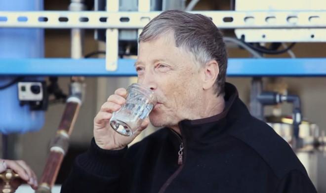 262/Bill Gates uống nước tái chế từ chất thải
