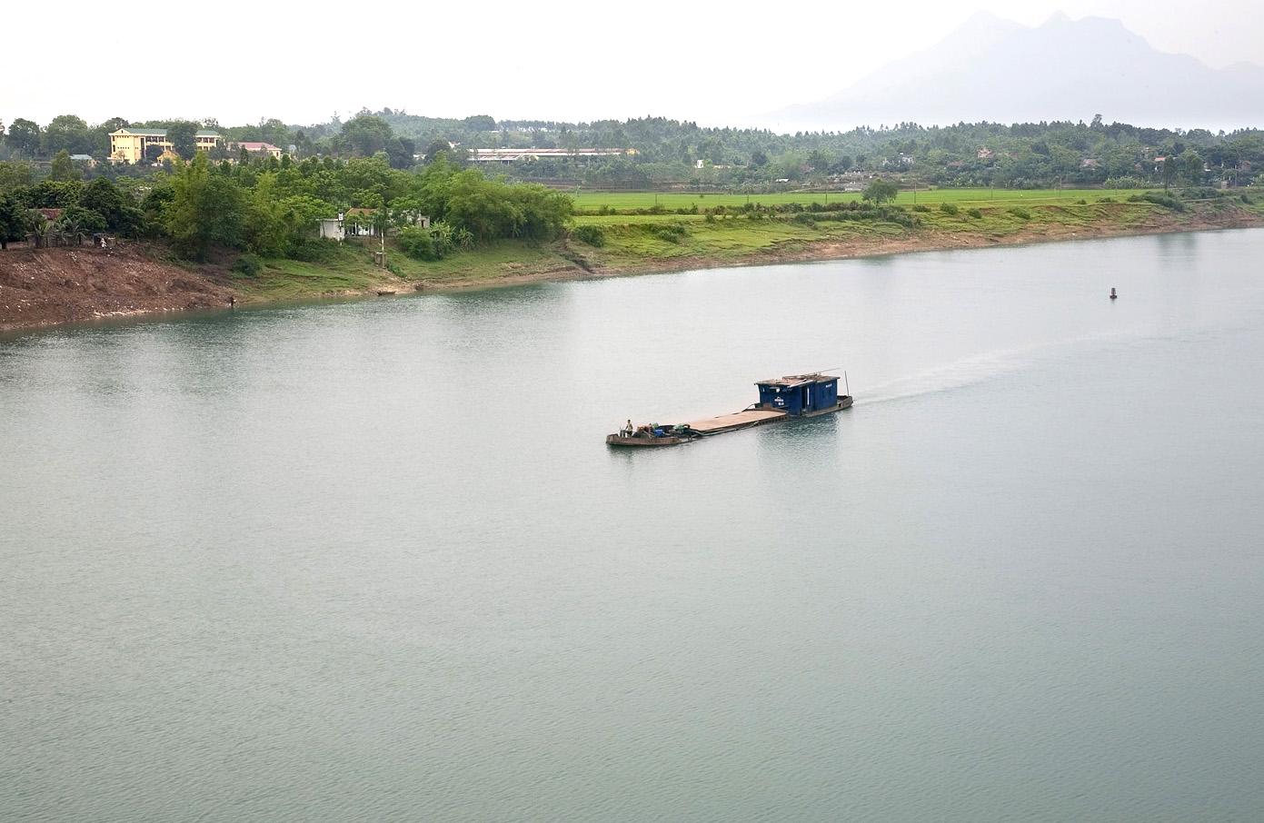 252/Lấy nước từ cồn nổi trên sông Hồng