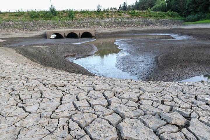1274/Nắng nóng thiêu đốt khiến các hồ nước của Anh cạn kiệt và nứt nẻ