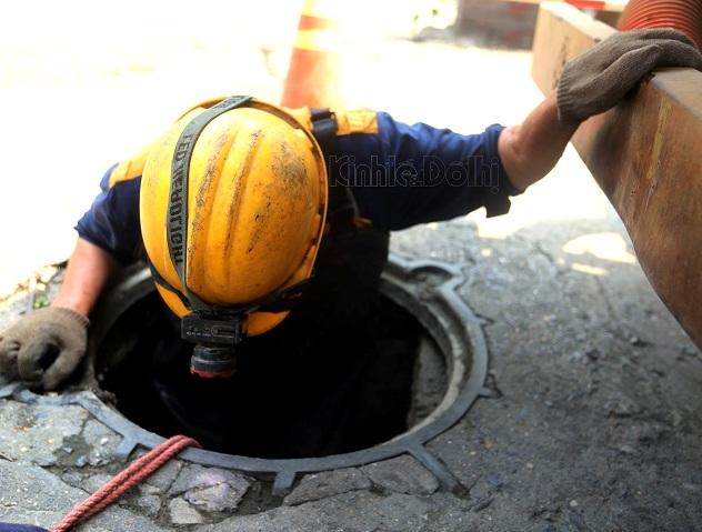 2005/Người công nhân ngâm mình dưới cống vì một Hà Nội sạch đẹp