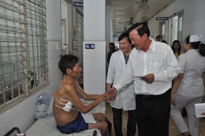 Chủ tịch Biwase thăm và tặng quà Tết cho bệnh nhân tại BV Đa khoa Bình Dương