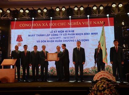 1013/Nhựa Bình Minh đón nhận Huân chương Lao động Hạng nhất