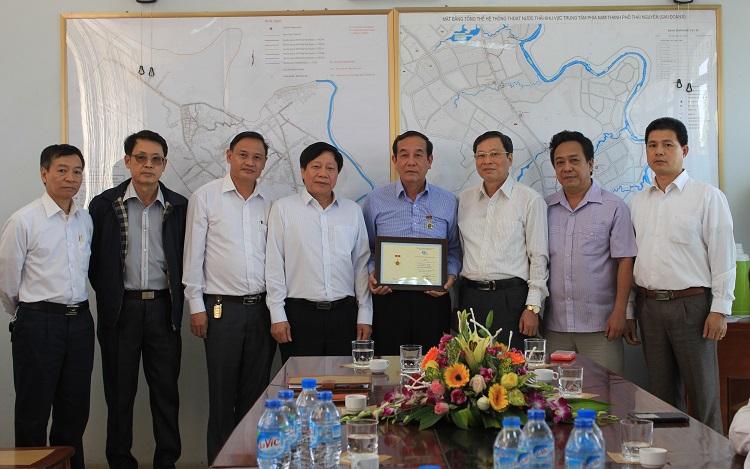 990/VWSA tặng Kỷ niệm chương cho ông Đào Ngọc Tĩnh - Nguyên Giám đốc Công ty Thoát nước và Phát triển đô thị TP. Thái Nguyên