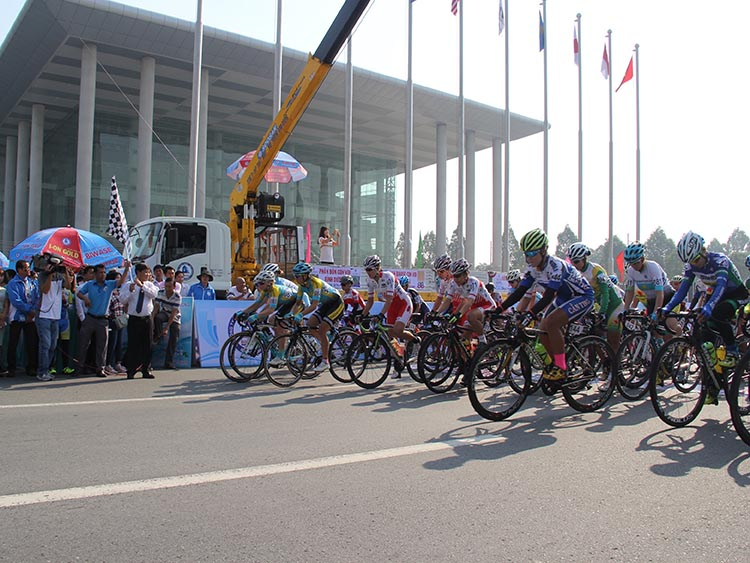 1102/Khởi tranh giải đua xe đạp nữ quốc tế Bình Dương mở rộng - Cúp BIWASE 2018