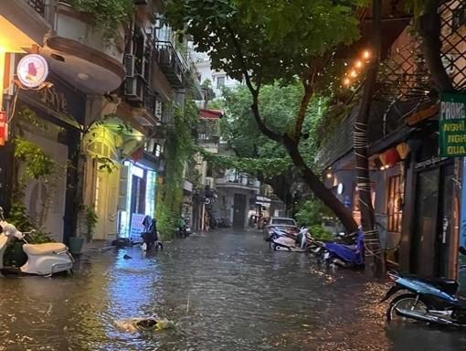 2163/Vì sao khu vực hồ Hoàn Kiếm ngập sau mưa lớn?