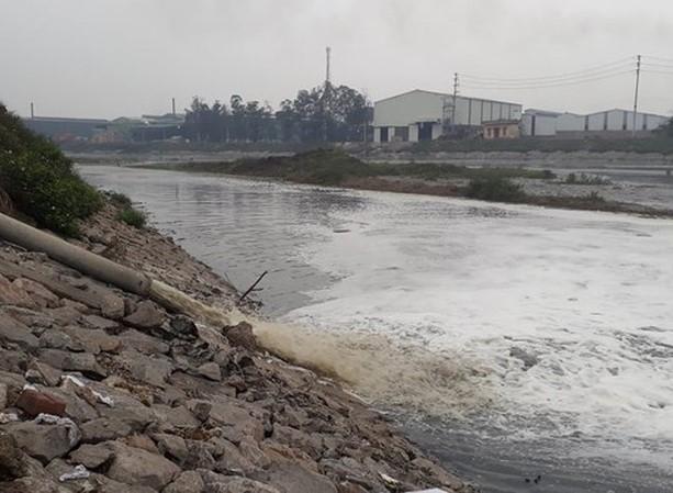 """1906/Sông Cầu oằn mình """"gánh"""" nước thải"""